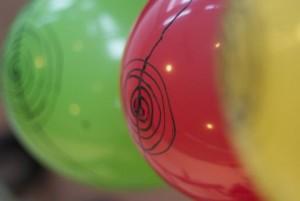 Kreise aus elektrisch leitfähiger Farbe auf den Luftballons als Musikinstrument