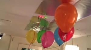 Die Luftballons von Luftballons als Musikinstrument berühren die Zimmerdecke