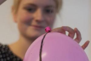 Die Luftballons für Luftballons als Musikinstrument werden verkabelt - 2