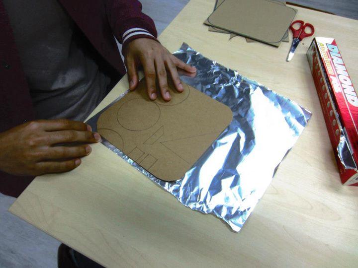 Pappkarton-Quadrat mit  Alufolie umwickeln für die MaKey MaKey Tanzmatte - 1