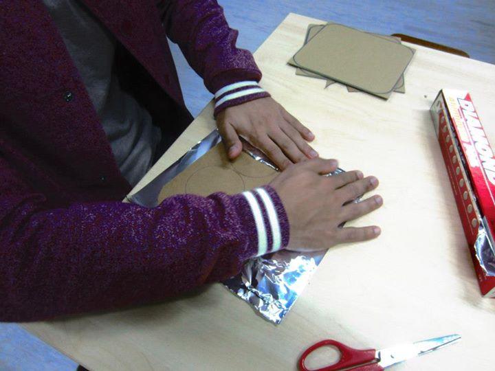 Pappkarton-Quadrat mit  Alufolie umwickeln für die MaKey MaKey Tanzmatte - 2