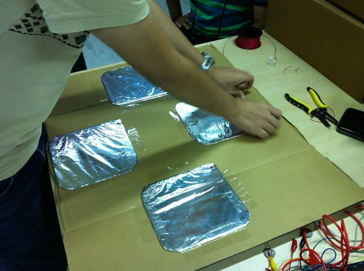 Aluminium-Quadrate auf dem Pappkarton anbringen für die MaKey MaKey Tanzmatte