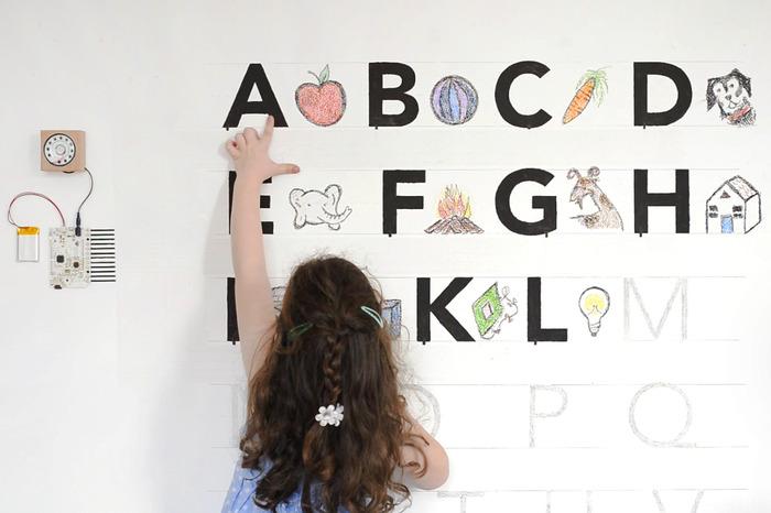Ein Mädchen benutzt das Board