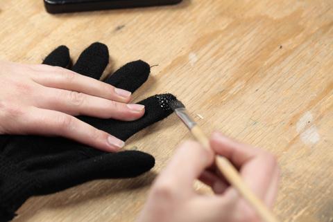 Farbe für den Touchscreen Handschuh auftragen
