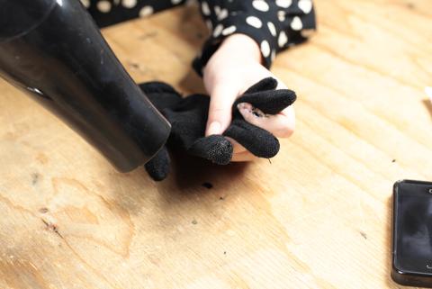 Farbe für den Touchscreen Handschuh mit Föhn trocknen