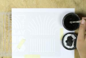 Der Pinsel wird in die elektrisch leitfähige Farbe getaucht