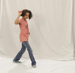 Mädchen tanzt vor einer Wand
