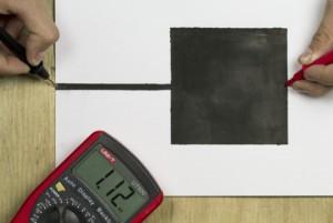 Der Stromfluss wird mit einem Multimeter gemessen